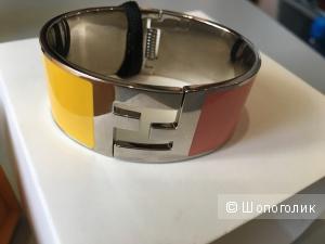 Двухцветный браслет Fendi, размер S, на кисть не больше 15 см в диаметре.