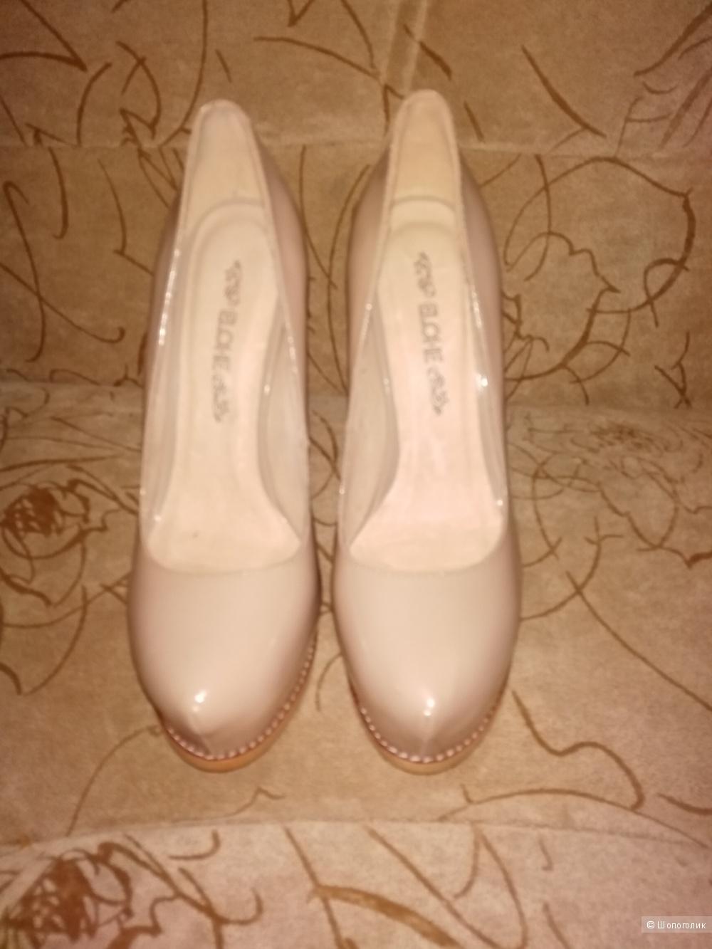 Туфельки бежевые из лаковой кожи,35 размера, бренда ELCHE
