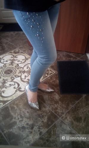 Голубые джинсы с заклепками California&co размер М-Л