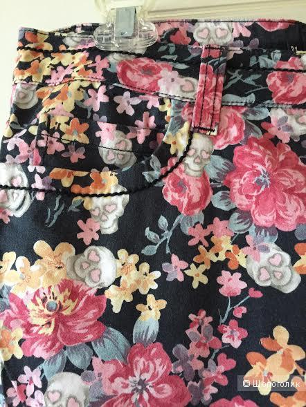 Летние укороченные брюки Love Moschino размер 31 в рисунок цветы-черепа.