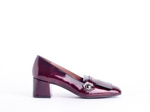 Дамские модные туфли из лакированной кожи.