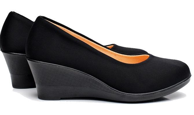 Новые черные туфли на танкетке