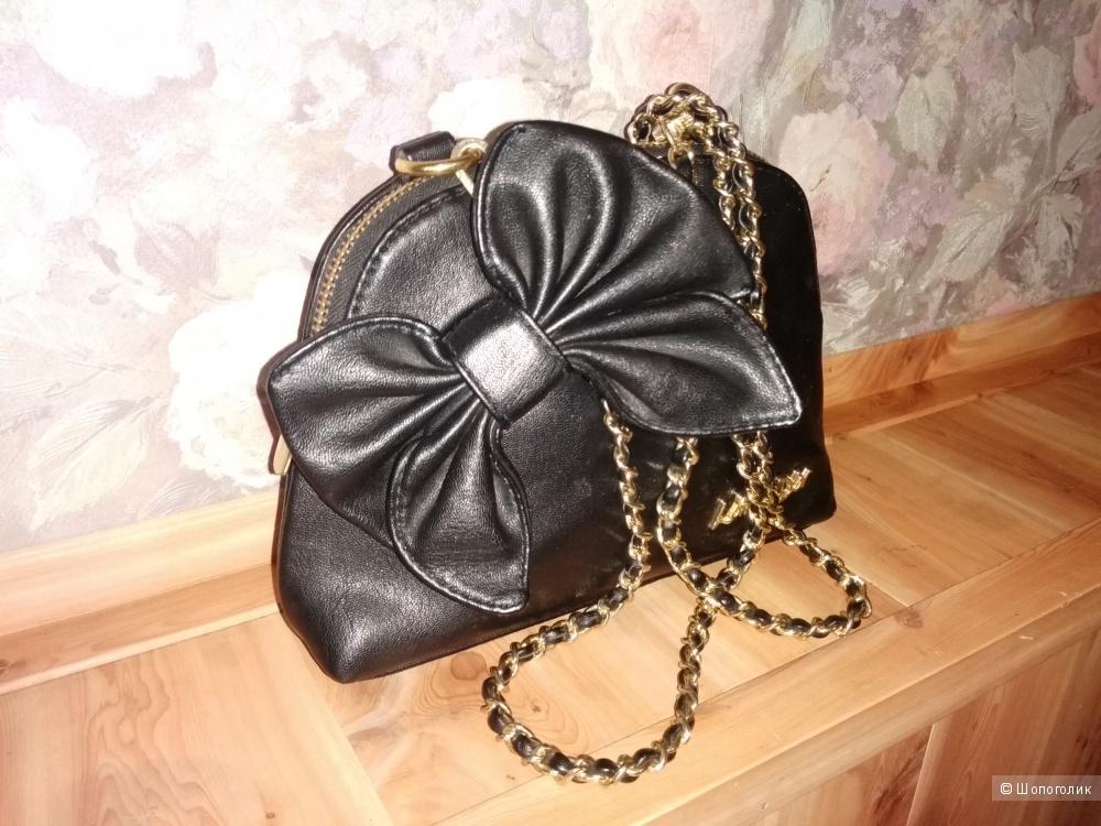 Замечательная маленькая, летняя сумочка с металлическим ремешком и нарядным бантиком.