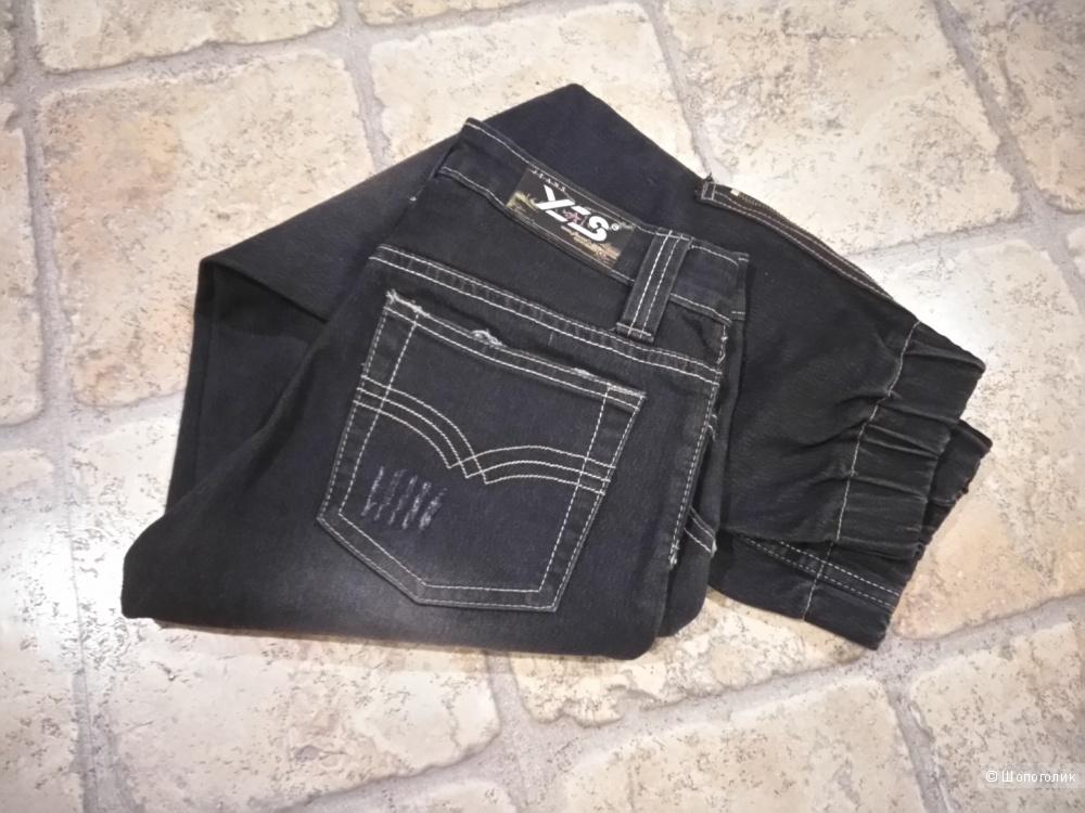 Укороченные чёрные джинсы - бананы с вышивкой, 25 размера.