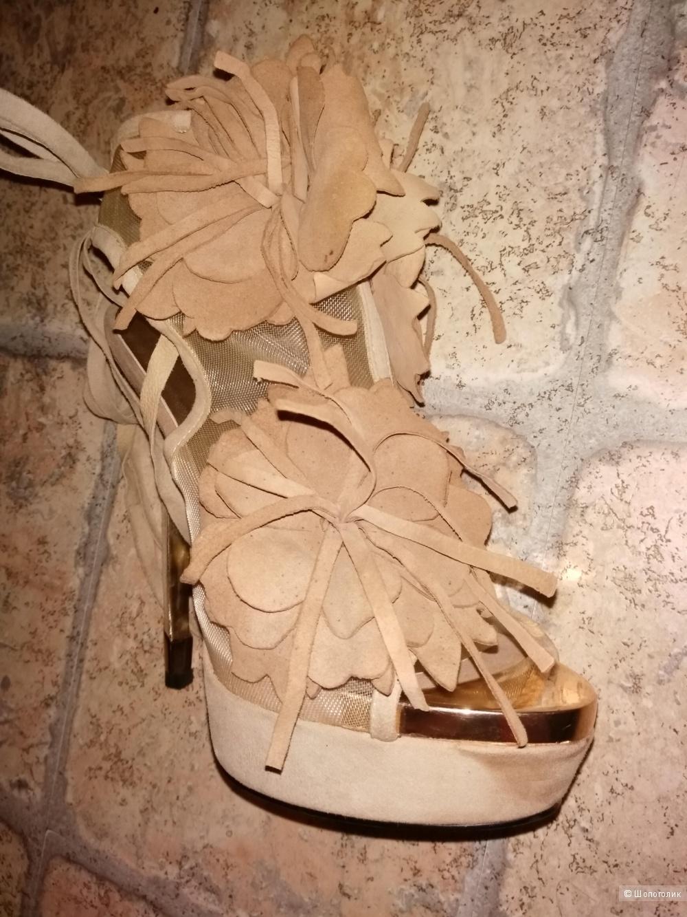 Очень красивые замшевые босоножки, бежевого цвета от  GRACIANA 37 размера.
