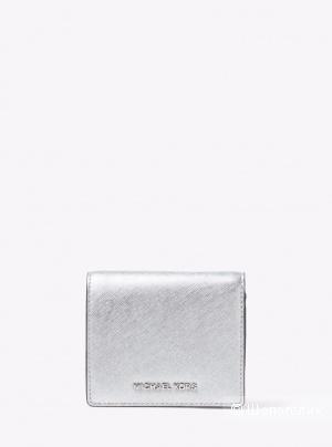 Новый кошелек серии Jet Set Travel Metallic Saffiano Leather Card Holder ищет хозяйку