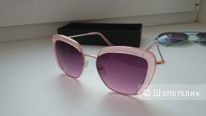 Очки в розовой оправе