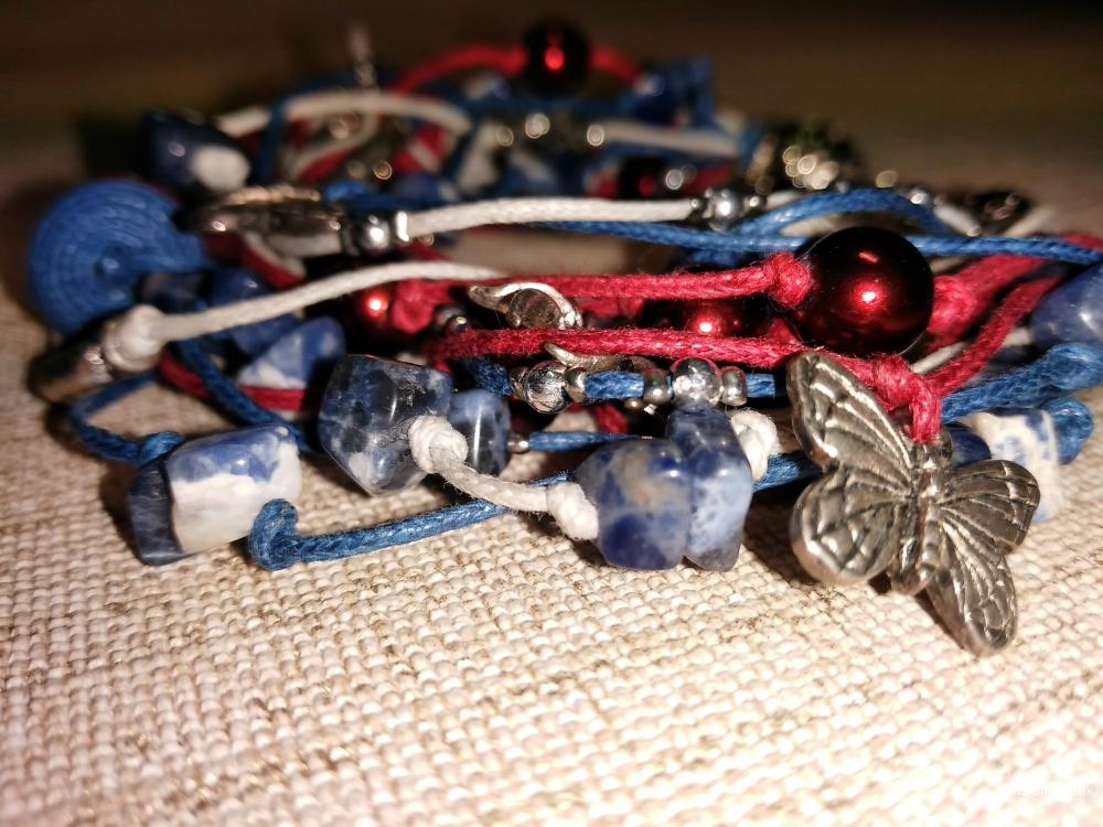Красивый летний браслет с лазуритом, жемчугом Сваровски и паучками - бабочками от  CRAZY CRYSTAL.
