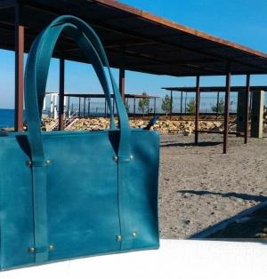 Кожаная сумка цвета неба над морем