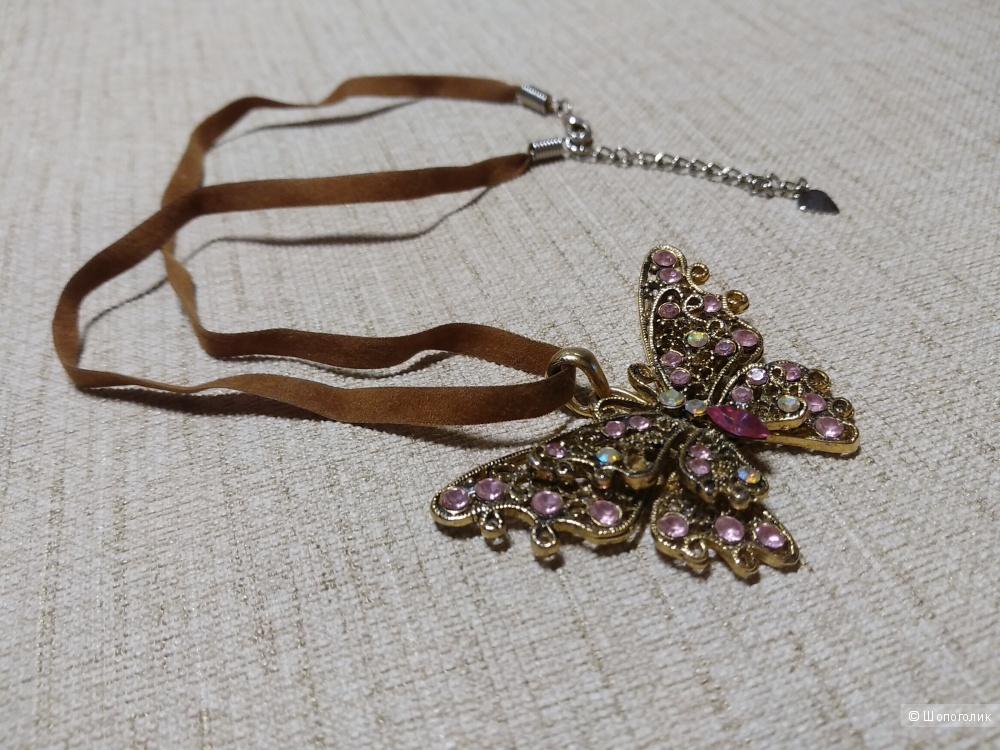 Кулон - бабочка на велюровом шнурочке.
