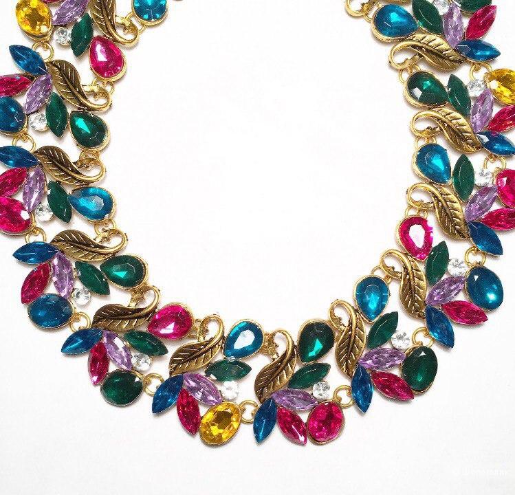 Разноцветное колье с листиками золотого цвета