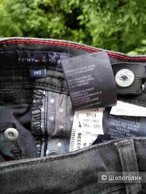 Tommy Hilfiger новые зауженные джинсы на девушку  140 размер