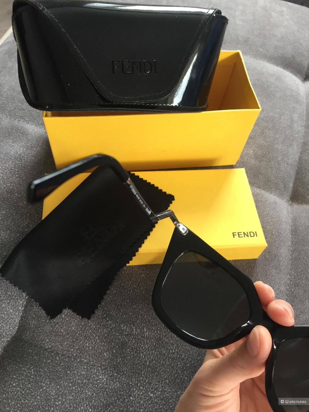 Стильные солнцезащитные очки FENDI