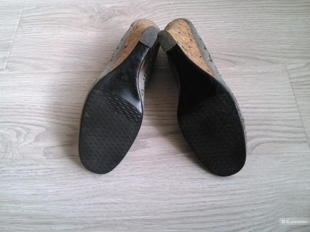 Замшевые туфли на танкетке 40-го размера Miss Mervin