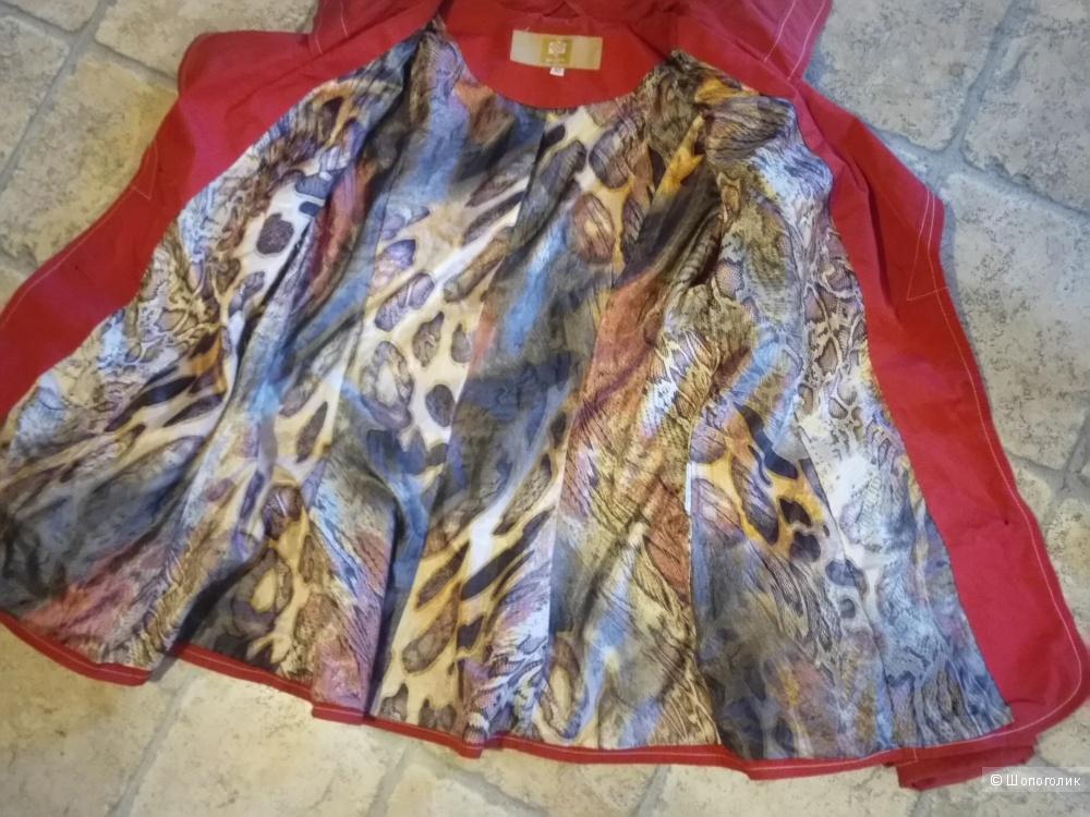 Яркая, лёгенькая курточка - плащ , 44-46 размера.