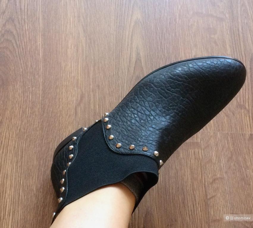 Черные ботинки челси от ZARA с клепками. Размер рус 39/39.5