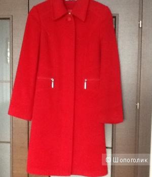 Эффектное красное пальто 42 размер