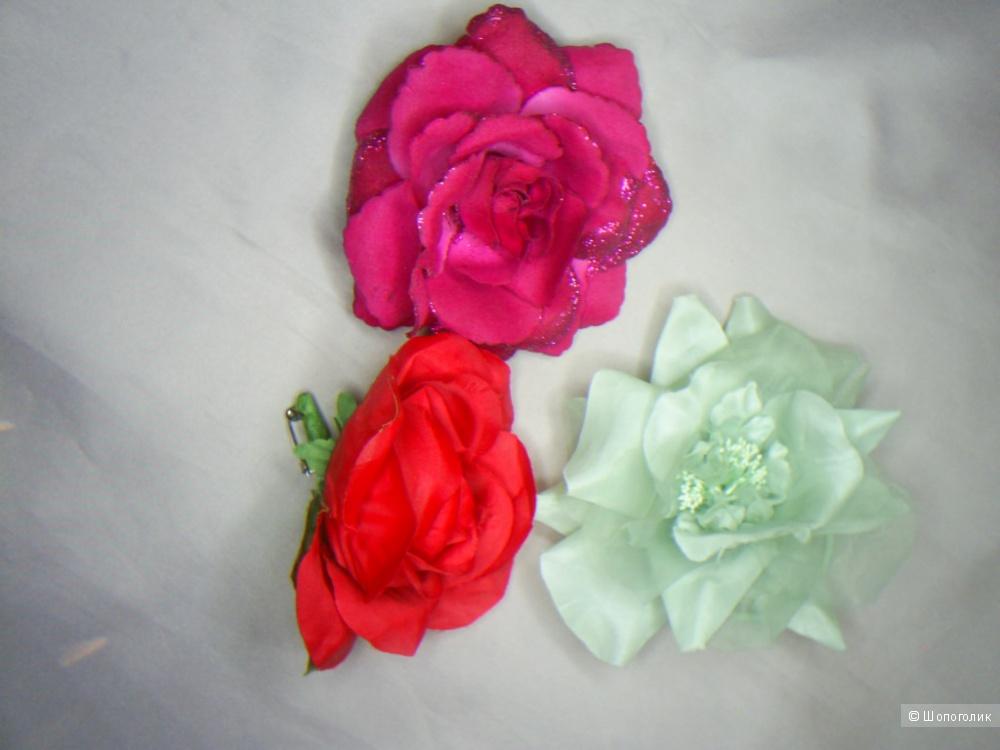 Лот из аксессуаров в виде цветов в волосы и на одежду.