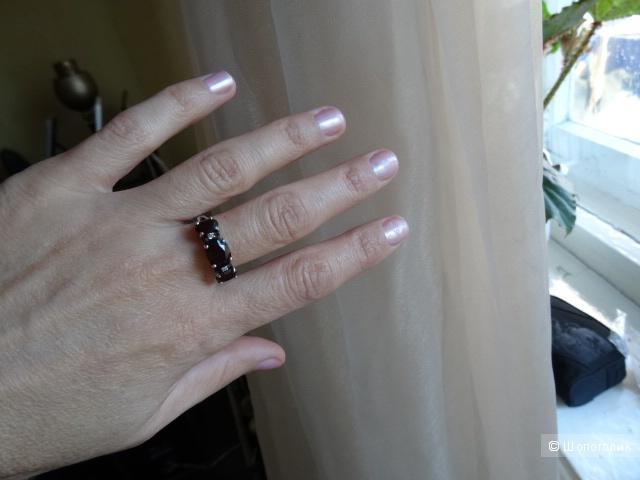 Серебряное кольцо с гранатом и фианитами, размер 18,0, б/у