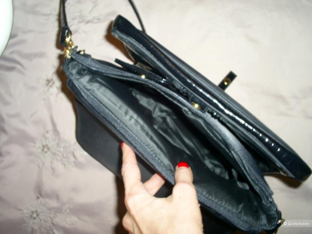 Черная лакированная сумочка от Estee Lauder.