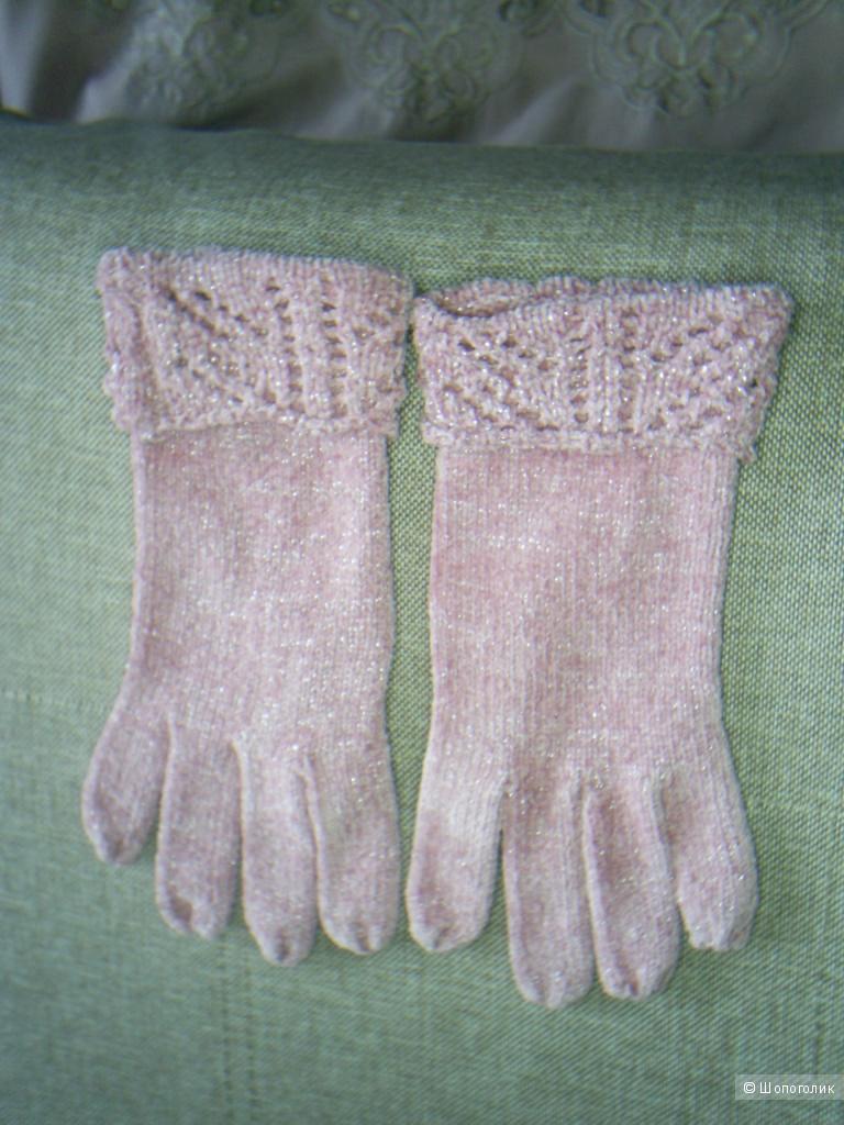 Вязанные перчатки бледно-розового цвета.