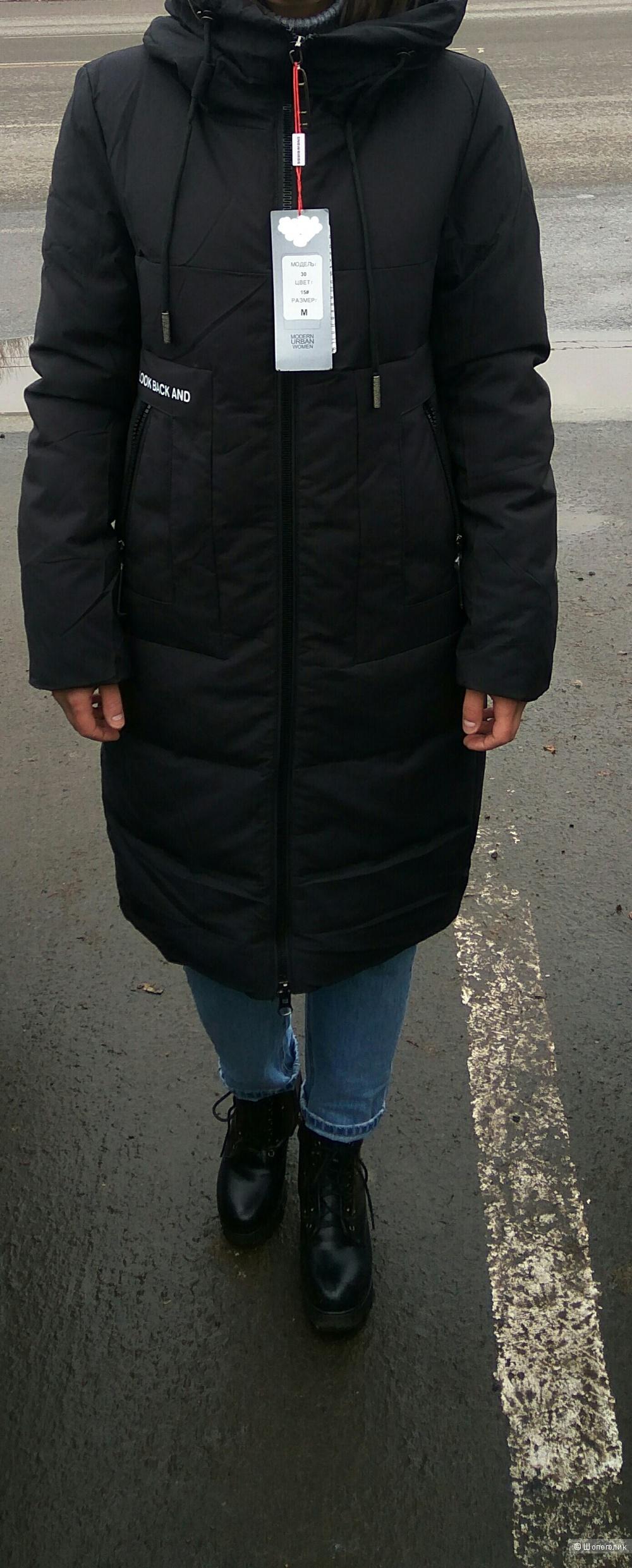 Зимняя куртка черного цвета, длиной ниже колен.