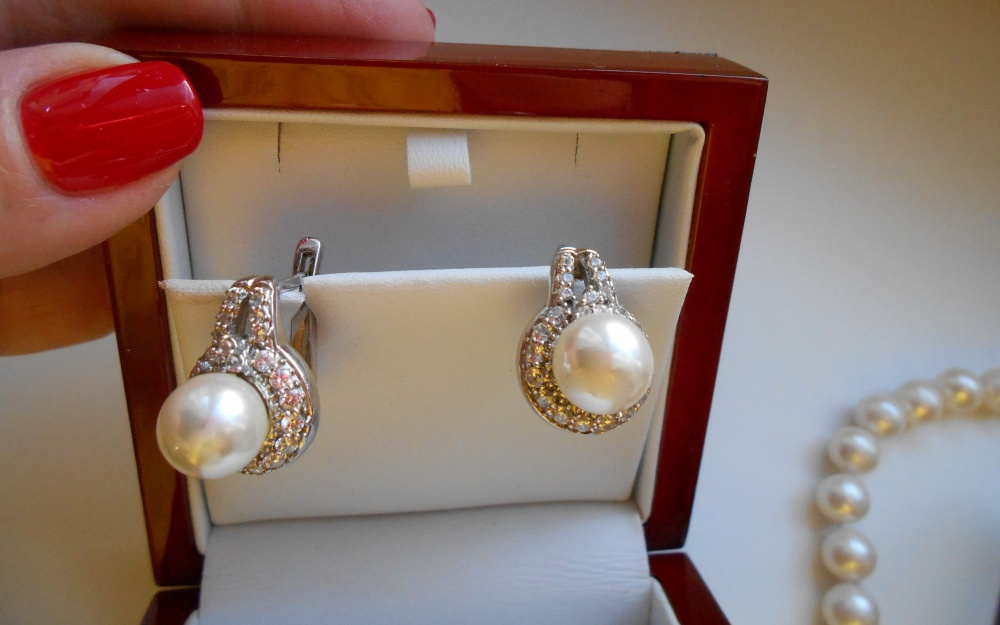Комплект жемчуга : бусы , серьги и кольцо ( Россювелирторг).
