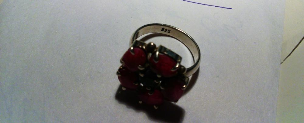 Кольцо серебряное с  индийскими сапфиром и рубинами, р.17,75