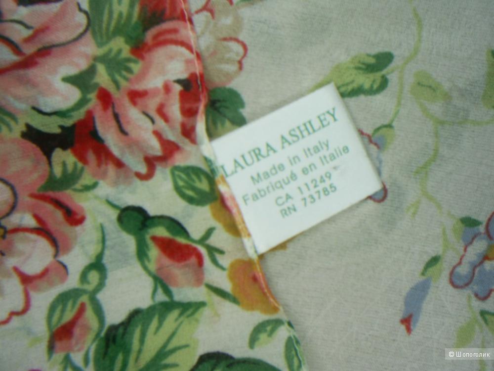Платок от Laura Ashley. 86-86 см.