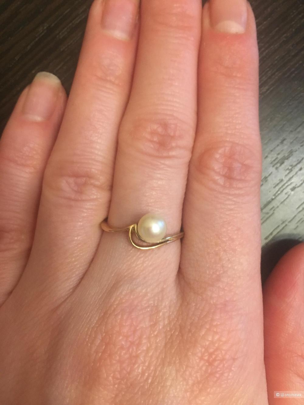 Золотое кольцо с жемчугом 17 размер.