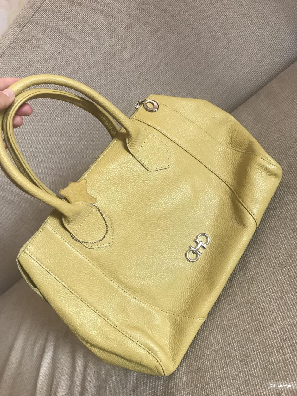 Горчичного цвета сумка производства фирмы Grinna