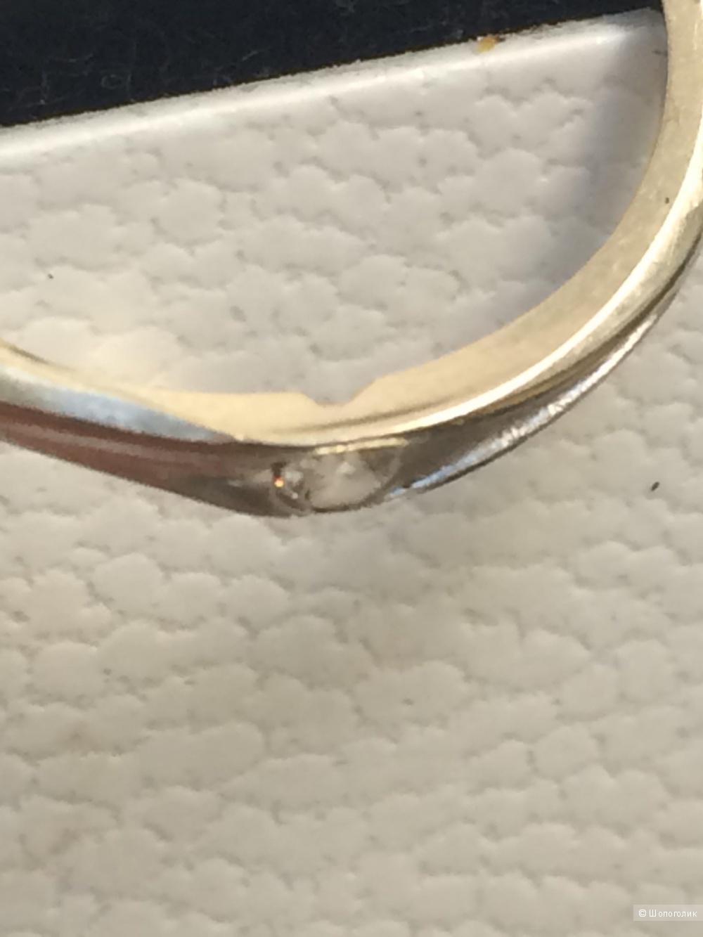 Кольцо из белого золота с бриллиантом 17 размера.