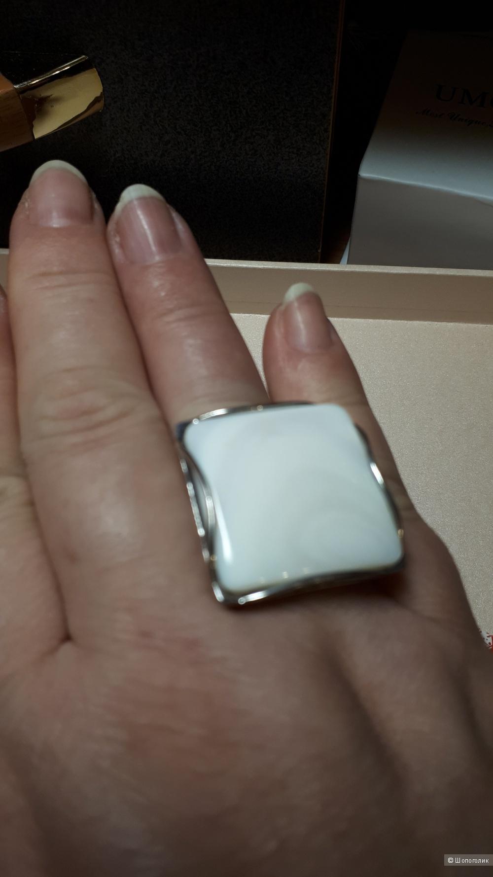 Кольцо из серебра 925 пробы с перламутром ,19 размер.