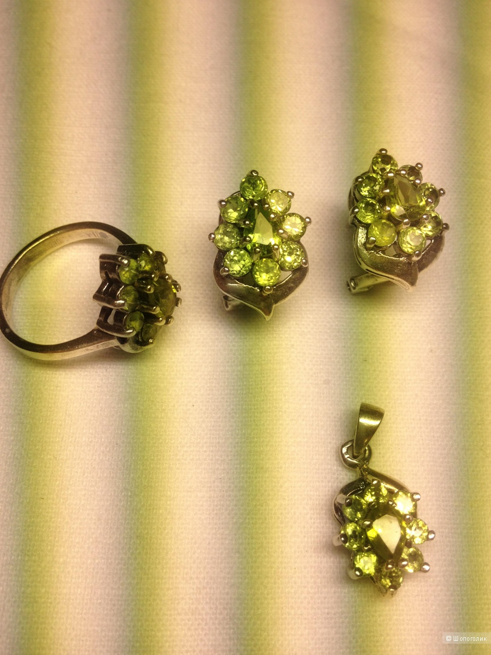Серебряный гарнитур кольцо, серьги, кулон с хризолитами
