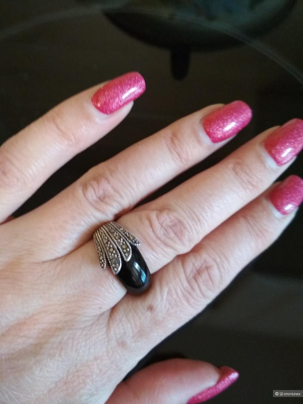 Кольцо с черным агатом и марказитами, серебро, р. 16,5.