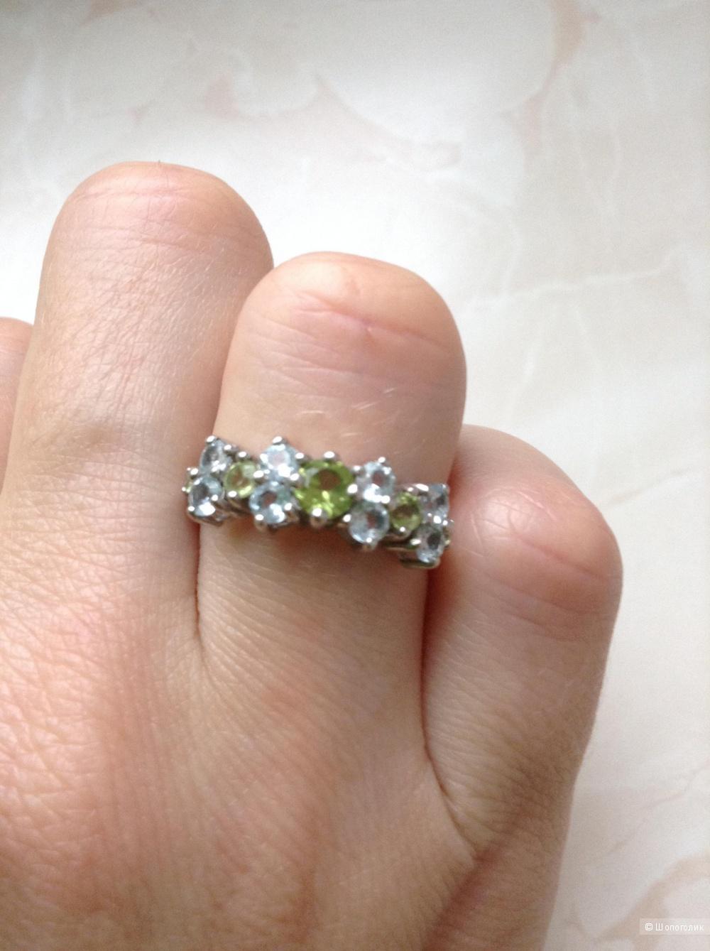 Серебряное кольцо с хризолитом и топазами, 17 размер