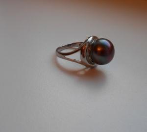 Кольцо с черным жемчугом р.17