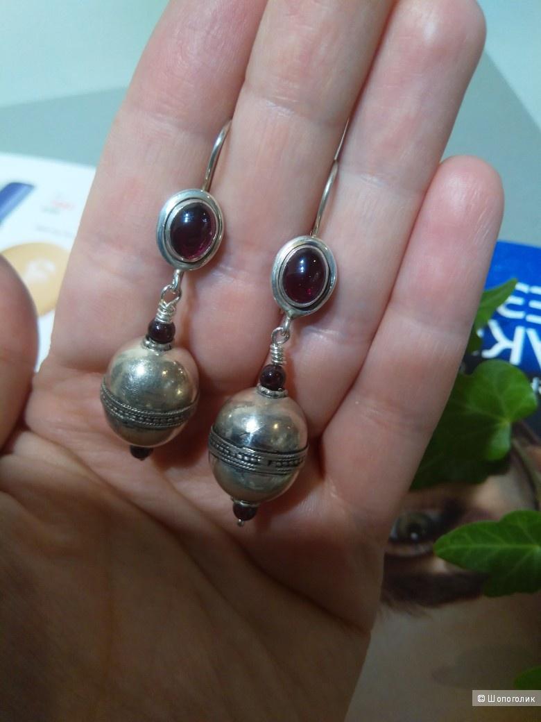 Серьги с афганскими серебряными бусинами и гранатами.
