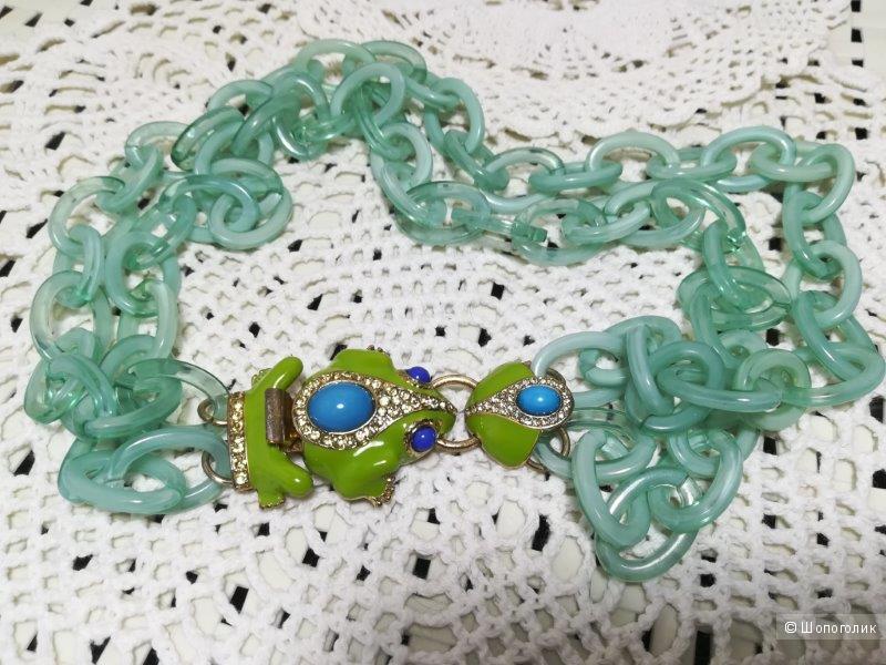 Пластиковое колье с лягушками