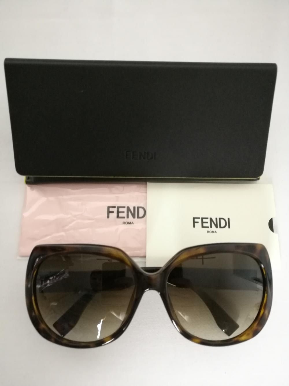 Солнцезащитные очки Fendi.