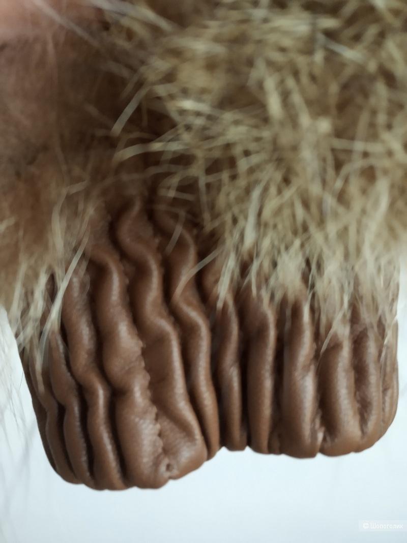 Шубка с капюшоном из натурального енота, S-M