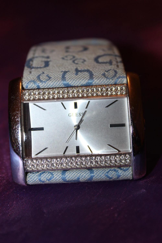 Часы GUESS с кристаллами Сваровски