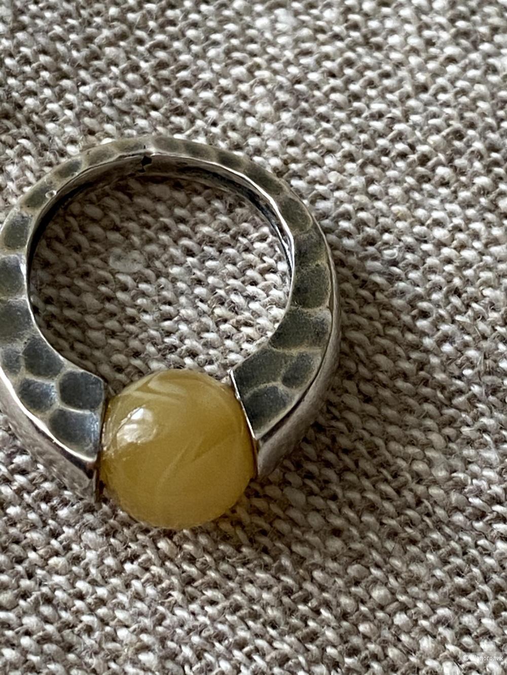 Кольцо из серебра с янтарём, размер 17,5.