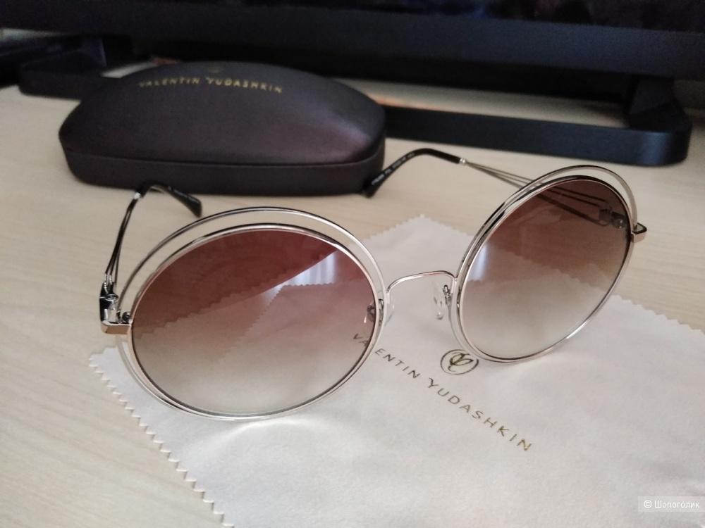 Солнцезащитные очки Valentin Yudashkin.