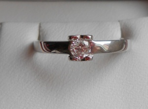 Кольцо из белого золота с бриллиантом , размер 16,5.