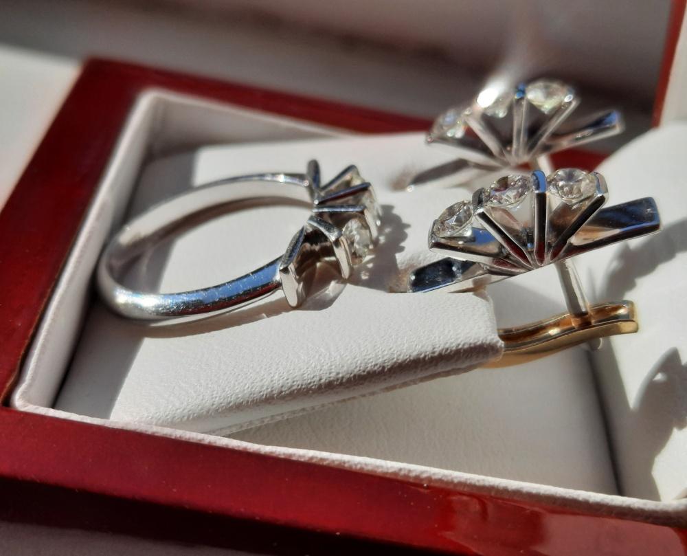 Золотые серьги и кольцо с бриллиантами, р.16,5.