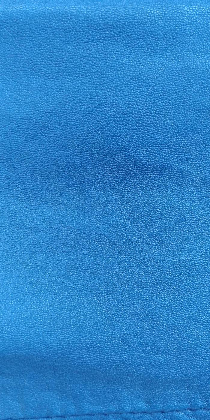 вот такой при дневном освещении, более голубой.