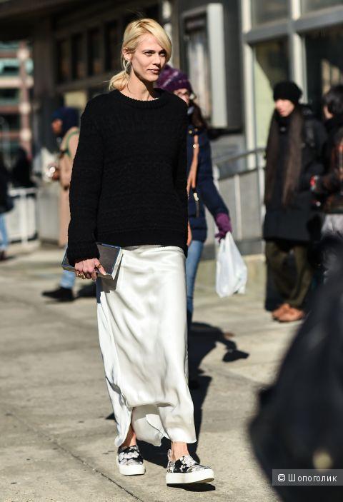 Как носить кружевное платье и свитер