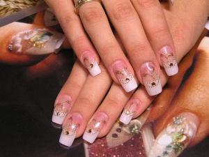 Что стоит на полке у обладательницы красивых ногтей?