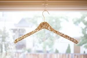 Персонализированная вешалка – блестящие пайетки к свадебному наряду